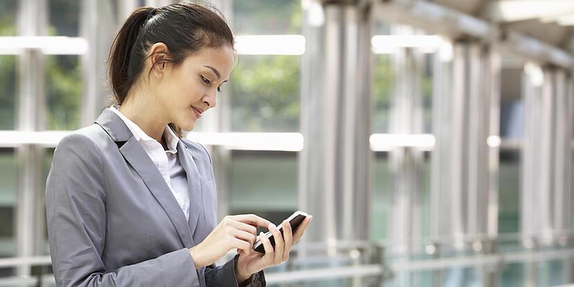 Women_on_cellphone